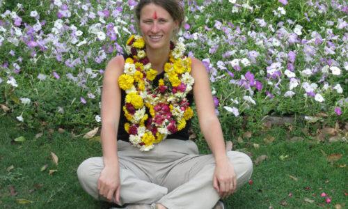 Inde : Delhi, un collier de fleurs autour du cou